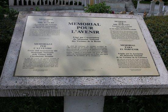 Merceuil, France: C'était le 31 juillet 1982 - 53 personnes périssent en flammes - A ce jouir, un mémorial est érigé sur l'aire de Curney - C'est le mémorial du souvenir