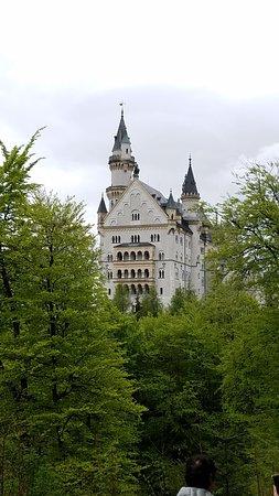 Tagesausflug von München aus im Luxusbus nach Neuschwanstein und Linderhof – Tour in kleiner Gruppe: Picture of Neuschwanstein Castle from the walking trail.