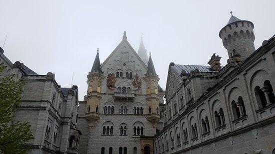 Tagesausflug von München aus im Luxusbus nach Neuschwanstein und Linderhof – Tour in kleiner Gruppe: Courtyard of Neuschwanstein Castle
