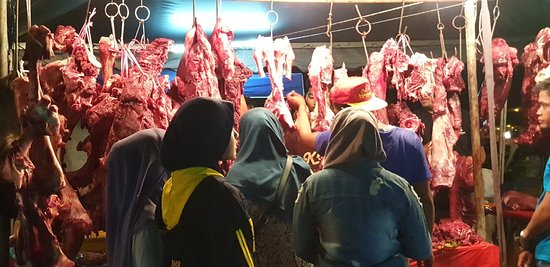 The night market near Beranang is known for 'mantai' when Hari Raya is approaching. People flock the market for freshly slaughtered cows.