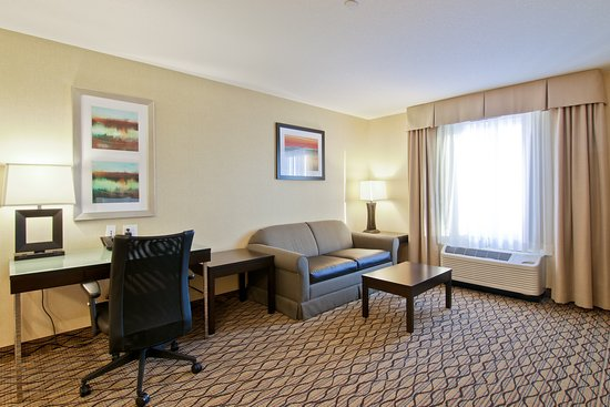 Holiday Inn Express Hotel And Suites Fort Saskatchewan: Suite