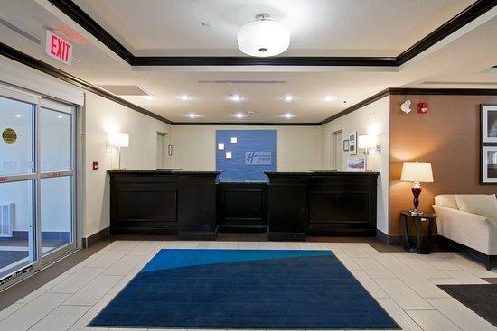 Holiday Inn Express Hotel And Suites Fort Saskatchewan: Exterior