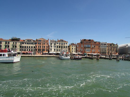 Halb-individuelle Tour zu den Inseln Murano und Burano: Pulling away from the dock in Venice