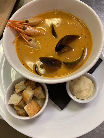 Традиционный средиземноморский суп-биск из морепродуктов.