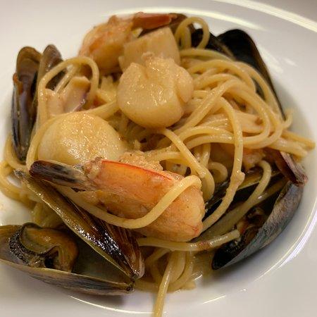 Богатство пасты с морепродуктами - гребешки, креветки, мидии и кальмары в сливочном соусе.