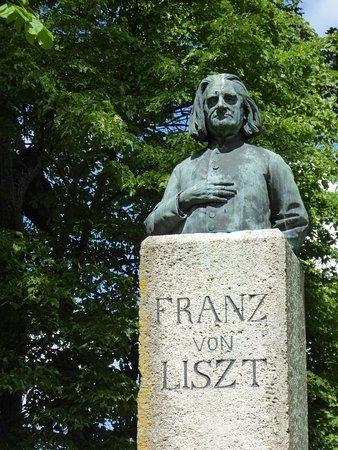Denkmal Franz von Liszt im Park