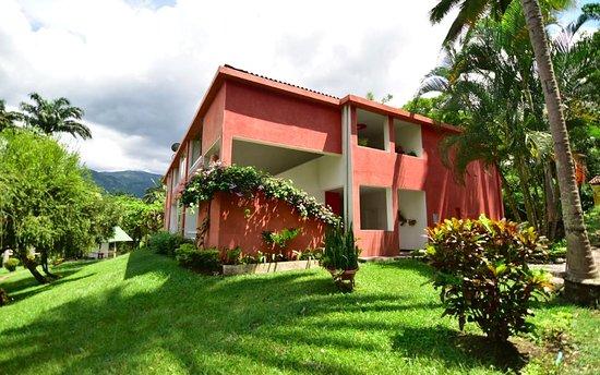 Edificio de 2 pisos con habitaciones familiares, dobles y triples