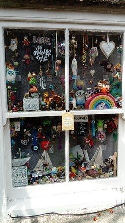 Mousehole, UK: Somebody's front window...delightful