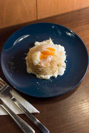 Nido di pasta kataifi, sifonato di parmigiano, uovo alla coque