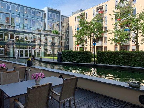 Mercure Hotel Plaza Essen: Bei schönem Wetter kann man hinter dem Hotel im Innenhof speisen