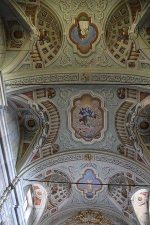 Suvereto, Italy: Gli affreschi del soffitto della chiesa della Madonna sopra la porta