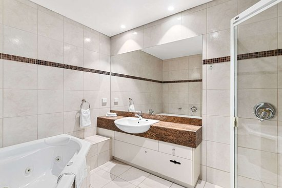 Quality Hotel Parklake Shepparton: Suite with whirlpool bathtub