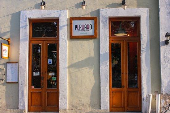 Peruano Cevichería ademas de su calidez de servicio y comida, se encuentra ubicado en una bella casa colonial ubicada sobre la calle 55 en la plaza Santa Lucía, en el centro de la ciudad de Mérida Yucatán.