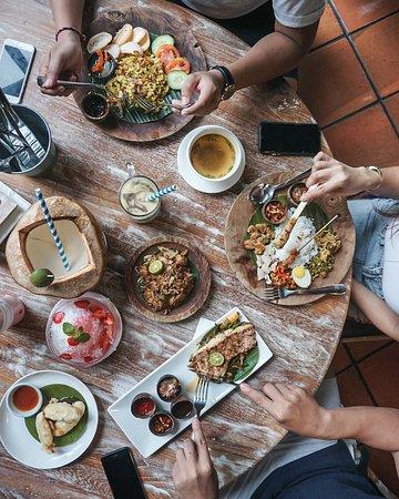 Base Base Samasta: Makan siang dengan menu lokal berkualitas? Ya di Base Base Samasta. Ayo ajak teman dan keluarga untuk bersantap dengan ragam sajian rumahan ala Bali yang nikmat! Sampai jumpa! ✨🌴💕🤗 . #basebase #jimbaranfood #samastabali #balinesefood #makananbali ----- balinese restaurant Jimbaran