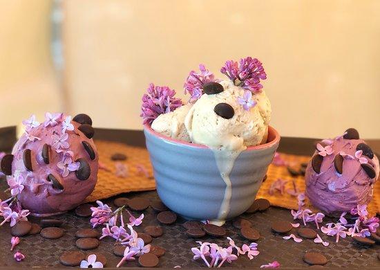 Anno`s Corner: Caramel and blackcurrant ice cream