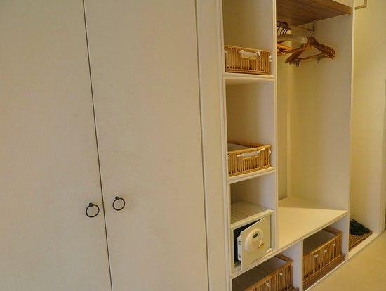 เมื่อเปิดประตูห้องพักเข้ามาด้านซ้ายมือ จะเจอกับ ตู้เสื้อผ้าแบบเปิดโล่ง และมี ตู้นิรภัย อยู่ ตรงนี้ ครับ