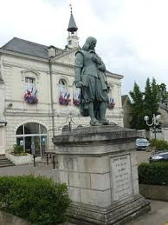 Descartes, France : Statue