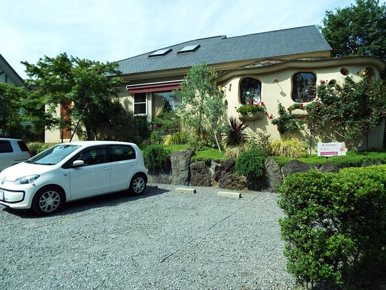 Izukogen Rose Terrace: 建物の横に駐車場があります。
