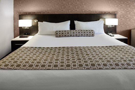 Crowne Plaza Kitchener-Waterloo: Guest room