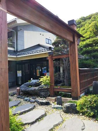 Chichibu Onsen Mangannoyu: 正面玄関の門周辺風景。