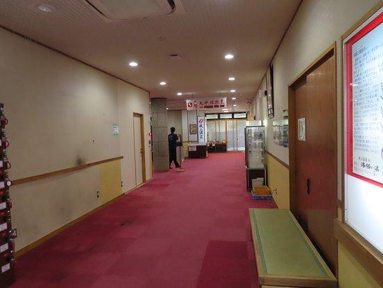 Chichibu Onsen Mangannoyu: 場内のカウンター周辺の廊下。