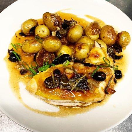 Le Suprême de Poulet, sauce au thym, romarin et olives noires