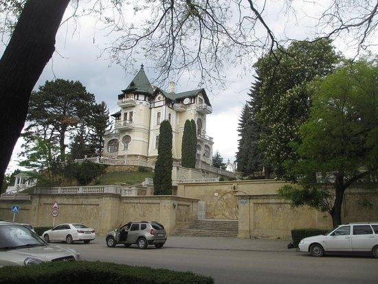 Конечно, такой дворец, который к тому же  находится в хорошем состоянии,  больше «подходит» балерине.