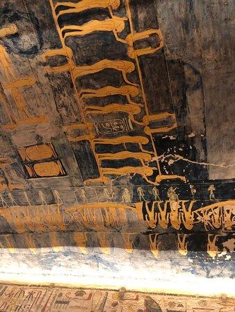 מיורי הקיר הצבעוניים בעמק המלכים בלוקסור