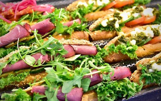 Liperi, ฟินแลนด์: Tuoreet, leipomon omat täytetyt sämpylät sopivat evääksi, lounaaksi tai piknikille ja vievät takuulla nälän mennessään.