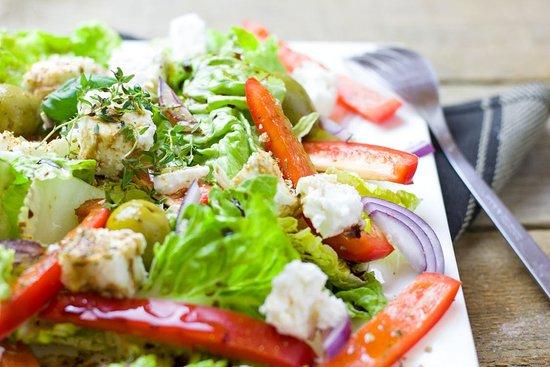 Liperi, ฟินแลนด์: Raikas salaatti laadukkailla proteiinilisukkeilla lounaaksi aina edulliseen hintaan 1,59€/100g.