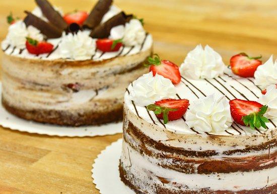 Liperi, ฟินแลนด์: Laadukkaat kakut juhliin tai kahvin kyytipojaksi. Kesän uutuusmaku mansikka-suklaa naked cake hurmaa ulkonäöllään!