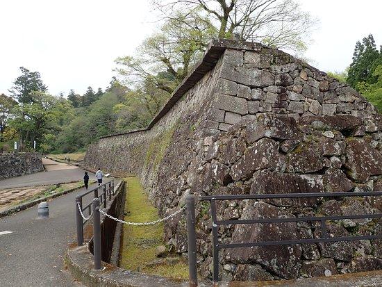 人吉城の一番注目ポイントの「武者返し」なる石垣。西洋式の工法による特徴的な石垣で、石垣最上部に平らな石がやや突き出して積んでありこれが下から登って来る敵をねずみ返しのように阻止できるものです。