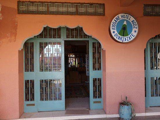 VUe de la porte principale de l'hôtel