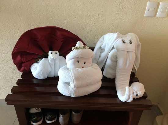 Hilton Playa del Carmen, an All-Inclusive Adult Only Resort: Towel art always greeting you when you come back to your rooms after being made up.