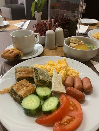 Acropolis Select Hotel: Breakfast at Acropolis Select. Wide selection: eggs (scrambled, friend, boiled), bacon, sausage, cheese, tomatoes, cucumbers, pastries, bread, cereal, Greek yogurt, fruit, coffee, juice.