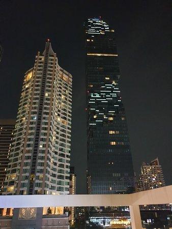 การเดินทางมาโรงแรมสะดวกสบายอยู่ติดกับสถานีรถไฟ BTS ช่องนนทรี ส่วนด้านหน้ามีร้านอาหารให้เลือก ด้านหน้าโรงแรม  มีเซเว่น