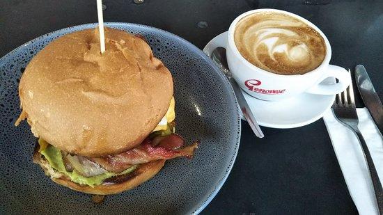 The Americano Burger($17)とFlat White($4.50)