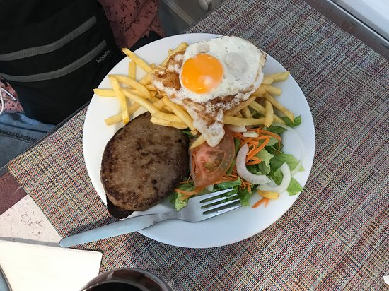Lan's Pizzaria, Exotic Food & Vegetariano: Bunless hamburger with salad, egg and fries