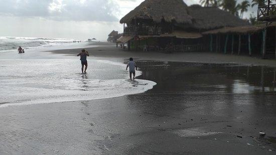 Balneario de la Boquita, una buena playa, muchos restaurantes para escoger, parqueos cercanos y excelente seguridad. Un lugar para disfrutar , ubicado en Carazo, Nicaragua