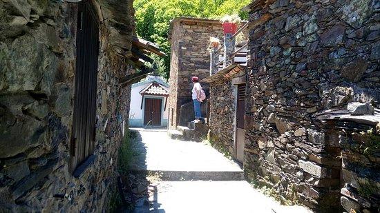 A igreja, que se vê em frente, é a única construção rebocada e pintada!! Servia de templo às povoações vizinhas! Neste momento, a aldeia, tem apenas 2 habitantes!