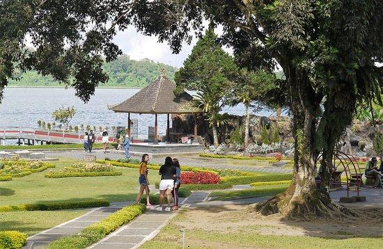 Ulun Danu Bratan Temple: The grounds of the temple