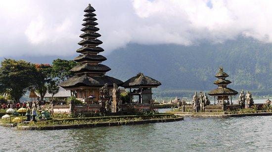 Ulun Danu Bratan Temple: Floating temple on Lake Bratan