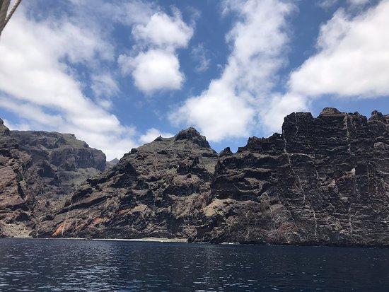 Ещё одно обязательное место, которое стоит повидать на о. Тенерифе. Скала Лос-Гигантес достигают 1 км над уровнем океана. Очень впечатлило. Идеально взять на прокат Байдарки и поплавать вдоль этих скал.