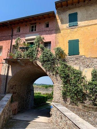 Pozzolengo, Italie : volta verso i giardiuni