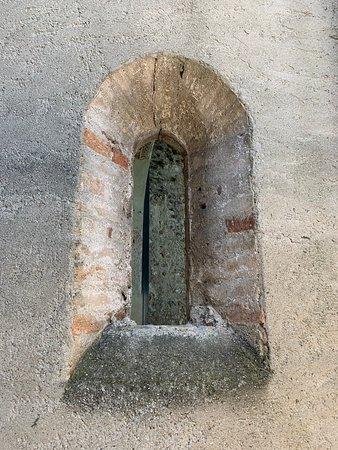 Pozzolengo, Italie : feritoia nell'abside