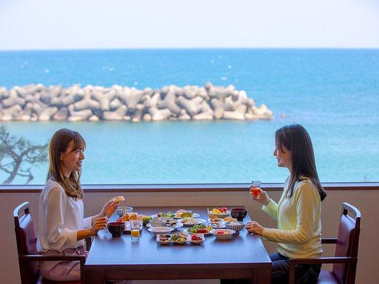 Kaike Yugetsu: オーシャンビュー・ダイニング「漣」 地物の新鮮な食材をふんだんに使用したビュッフェスタイルの朝食。 約70種類のメニュー豊富な和洋バイキング。