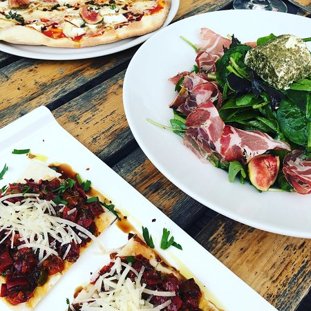 Bottes Holzsteinofen: Die beste Pizza im Kreis Gütersloh ❤️   Was passt besser zu einem lauen Sommerabend — als Pizza 🍕, Salat 🥗 und leckeren Weißwein? 🥰