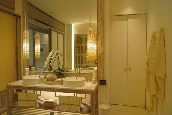Raya Heritage: ห้องน้ำ ของ ห้องพักชนิดนี้ สามารถเปิดประตู เข้าได้จากสองทางครับ จาก ประตูด้านข้าง เมื่อ เข้ามายังห้องพัก และ เปิดเข้ามาได้จาก ประตูห้องนอนครับ