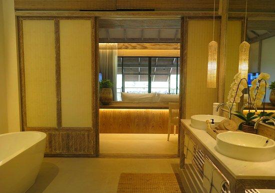 Raya Heritage: ประตูกั้นระหว่างห้องนอนและห้องน้ำ ครับ