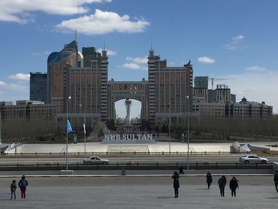 Pavlodar, Kazachstan: Водно-зеленый бульвар Это одно из самых красивых мест и достопримечательностей столицы Казахстана. По бульвару можно прогуляться от резиденции президента до торгово-развлекательного комплекса Хан-Шатыр